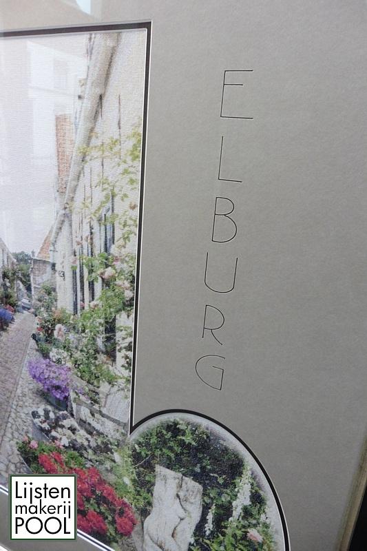 "Bijzonder ontwerp voor borduurwerk Westerwalstraat. Tekst ""Elburg gepreegd en handmatig ingekleurd. Lijstenmakerij Pool Elburg."