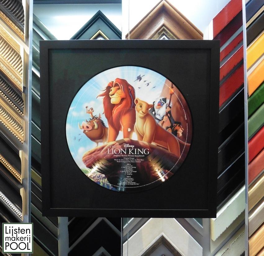 LP The Lion King dubbelzijdig zichtbaar en reversibel ingelijst. Lijstenmakerij Pool Elburg.