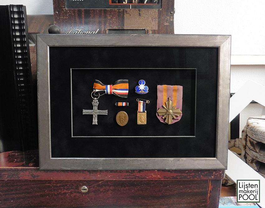 Verdiept ingelijste oorlogs-decoraties. Verdiept inlijsten
