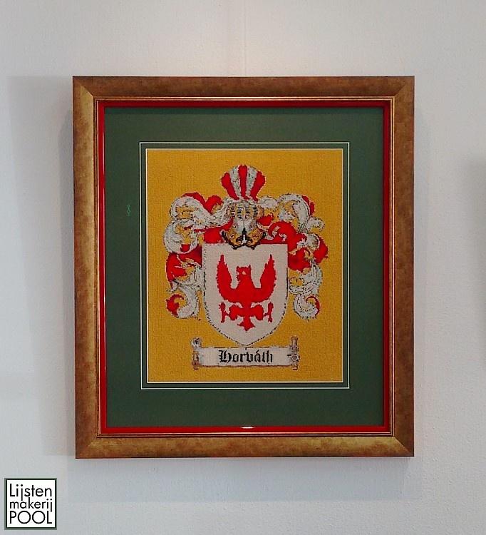 Geborduurd Hongaars familiewapen qua kleuren in Hongaarse stijl ingelijst. #maatwerk #ambacht Lijstenmakerij Pool Elburg