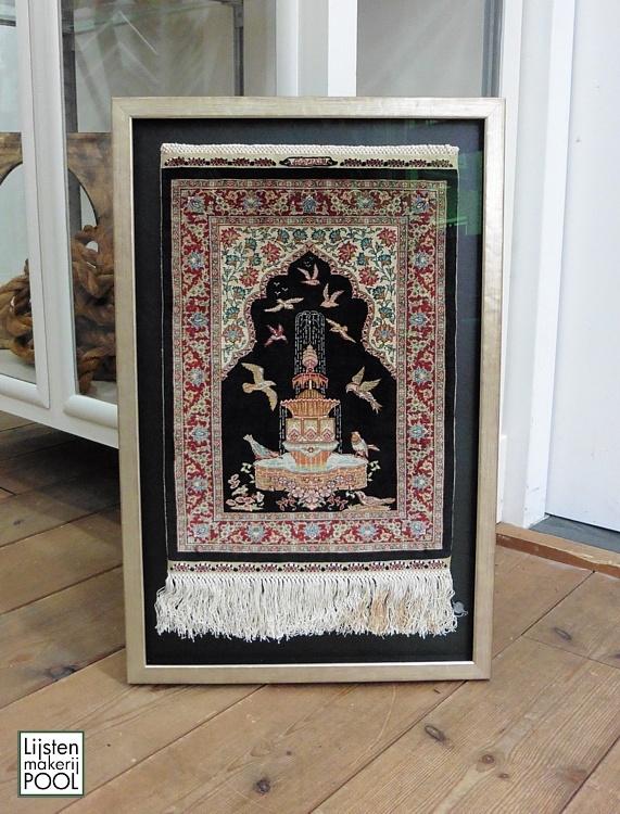 Perzisch tapijtje verdiept ingelijst. Lijstenmakerij Pool Elburg