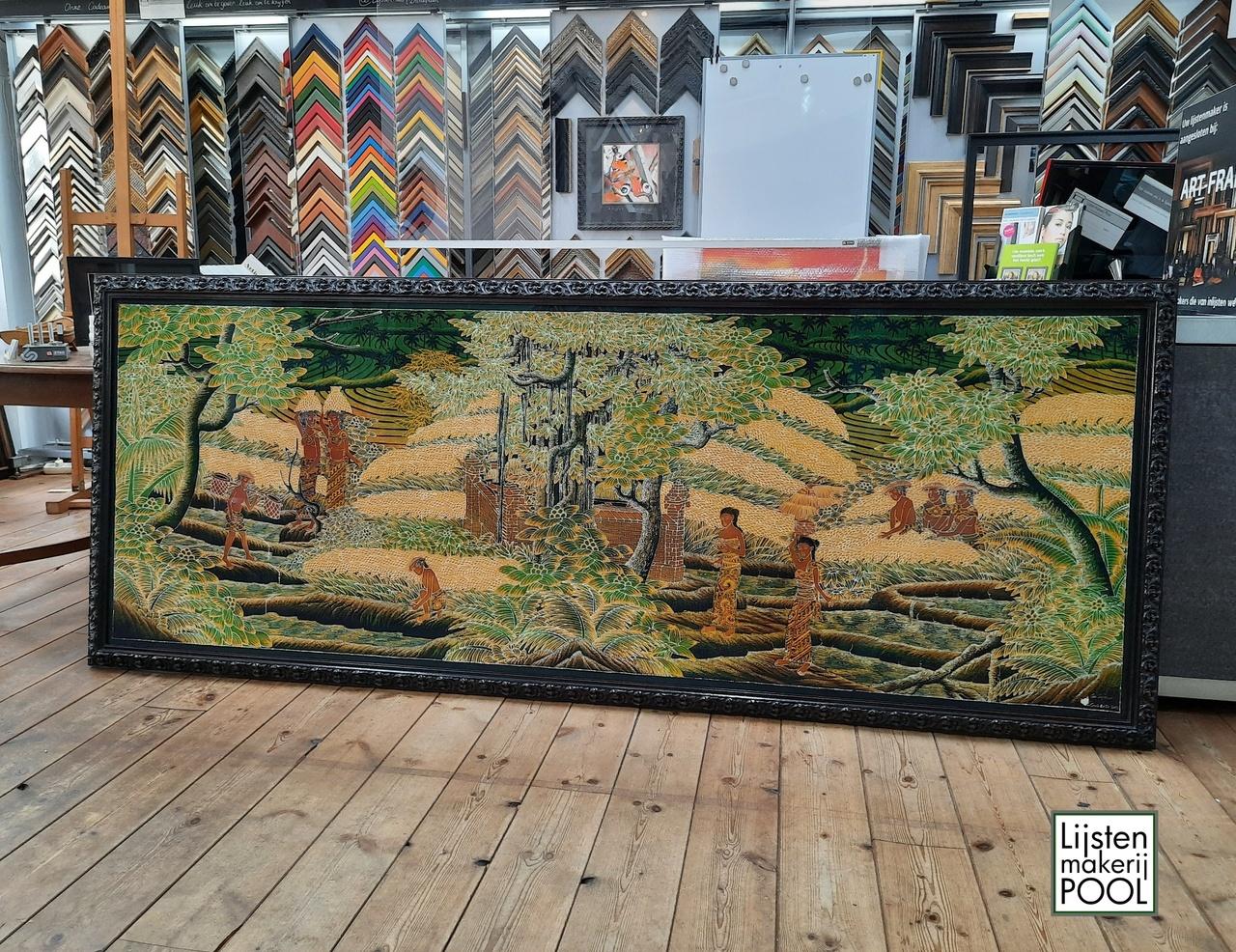 Batik van 250 x 100cm. Ingelijst in handgekleurde lijst uit eigen atelier.  Optium acrylaat er voor ter bescherming