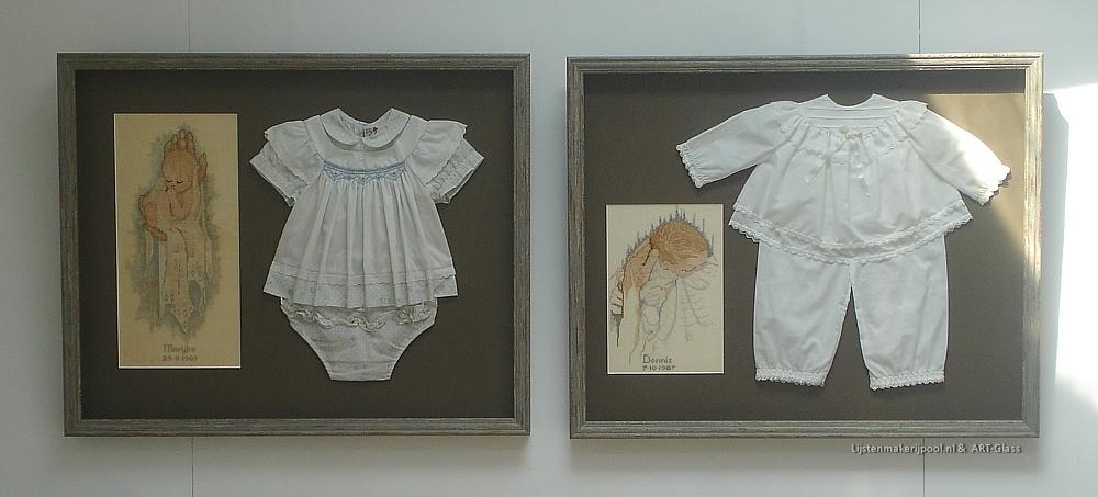 Verdiept babykleertjes en geboortegels ingelijst