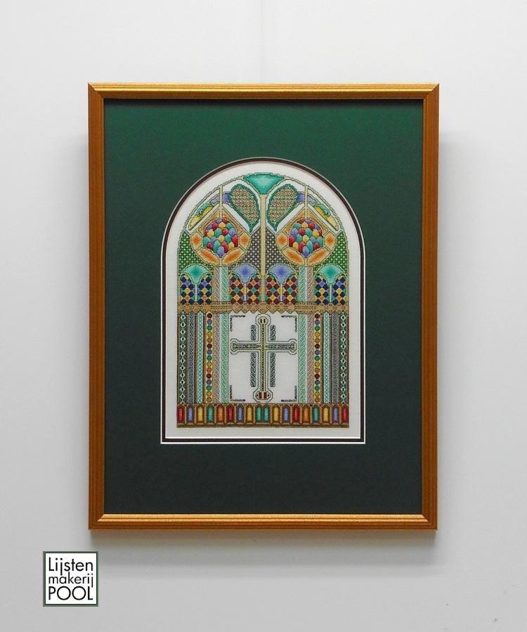 Dubbel passe-partout aansluitend in kleur en vorm rond borduurwerk. Lijstenmakerij Pool Elburg