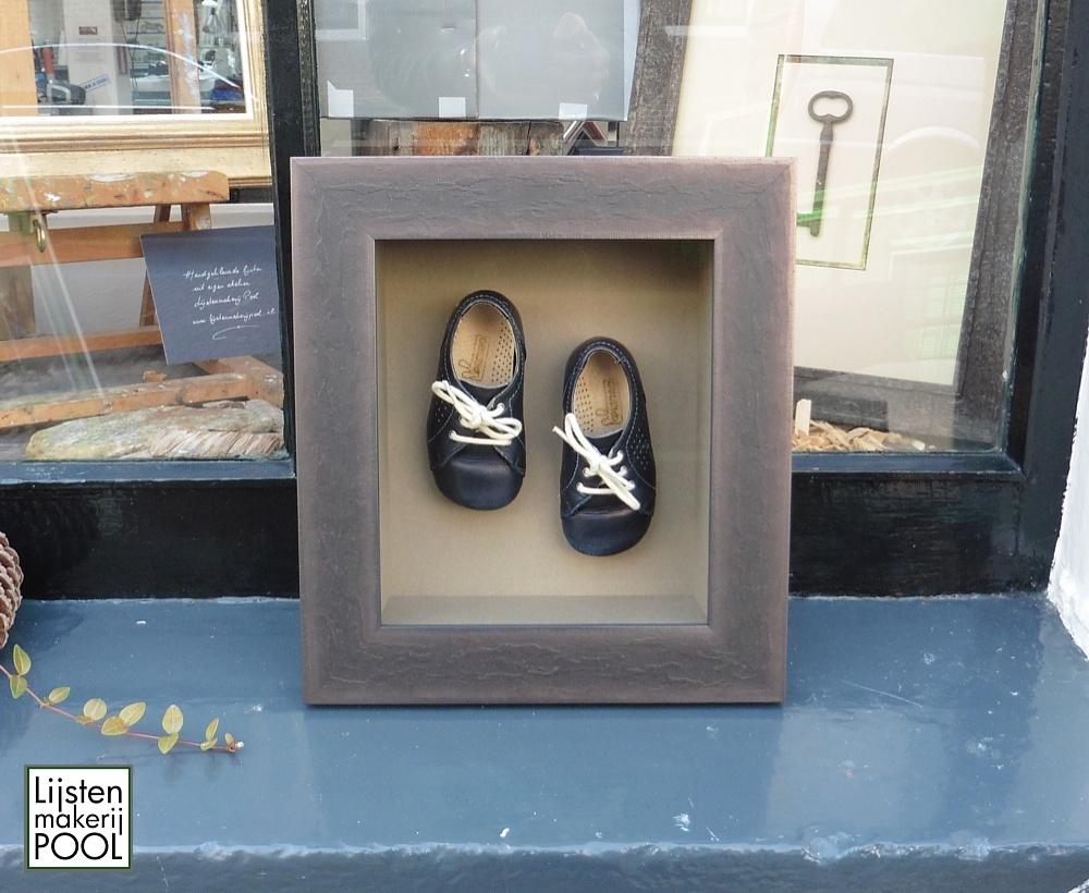 Verdiept ingelijste babyschoenen in een op maat gemaakte shadowbox. Een bijzonder persoonlijk cadeau... Lijstenmakerij Pool Elburg
