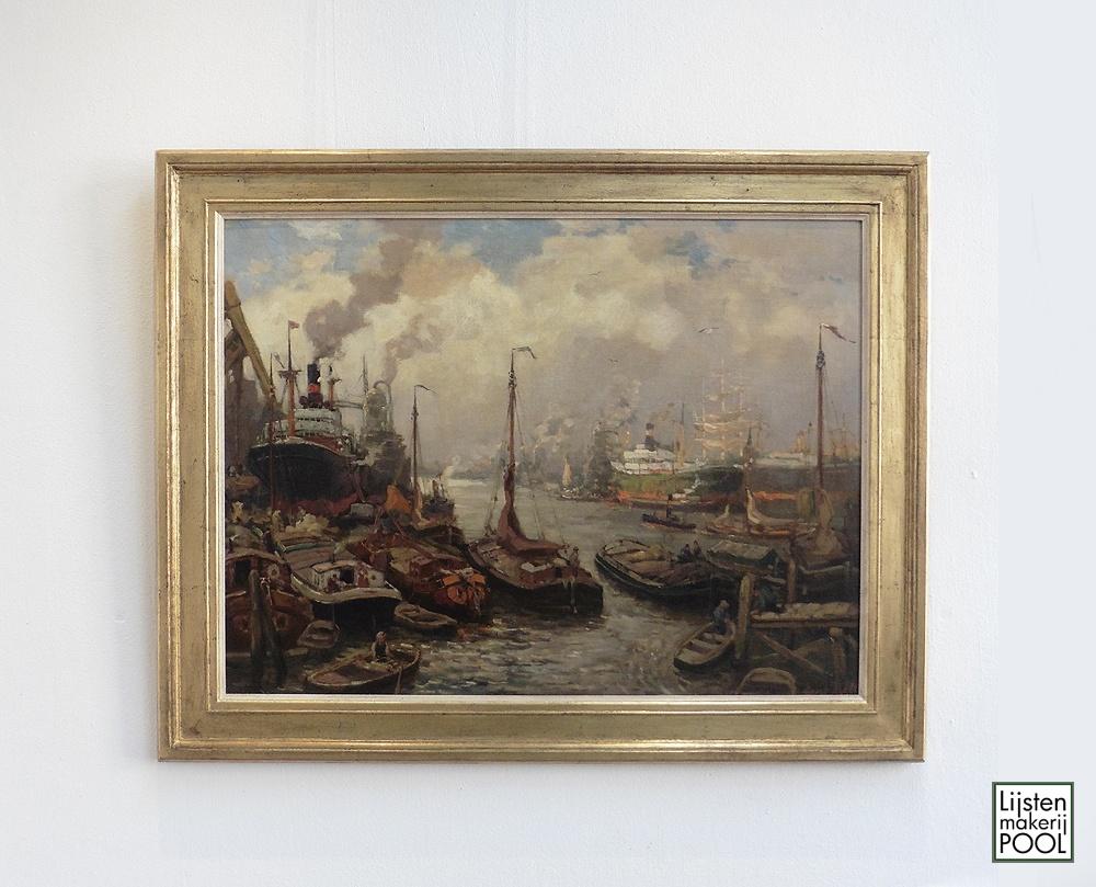 Handvergulde atelierlijst uit eigen atelier Lijstenmakerij Pool rond schilderij havengezicht Evert Moll. Lijstenmakerij Pool Elburg.