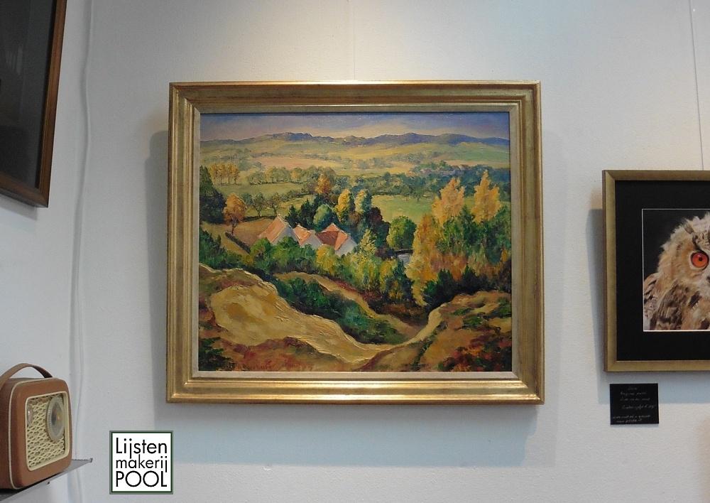 Dit fraaie landschap van de Veluwse schilder Hendrik Verburg voorzien van een handgekleurde lijst uit eigen atelier
