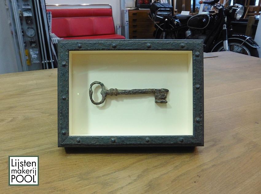 Antieke sleutel verdiept ingelijst