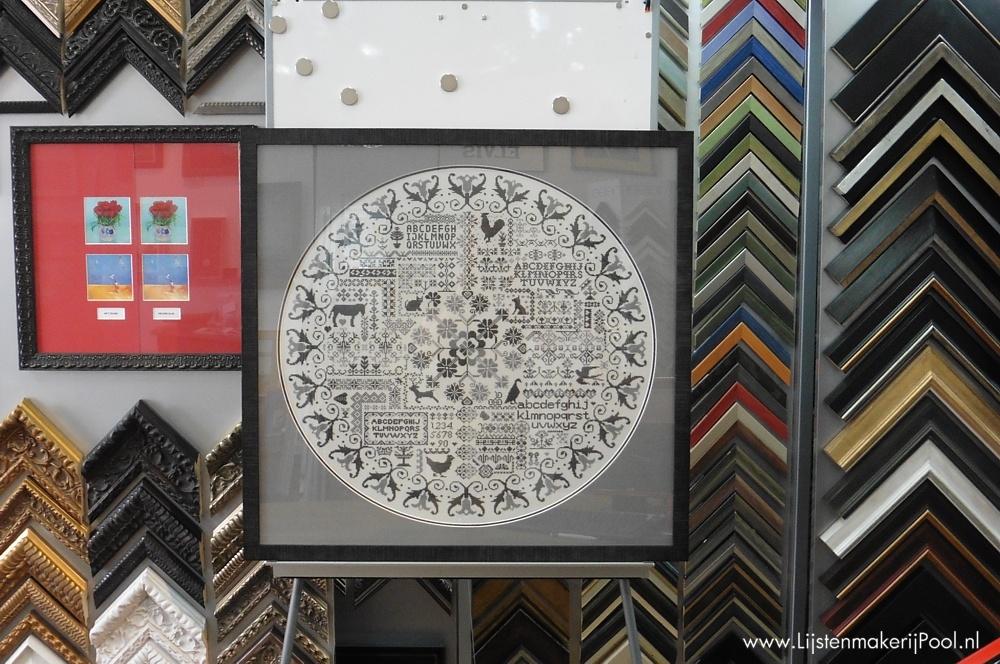 Borduurwerk ingelijst met een dubbel uitgevoerd rond passe-partout