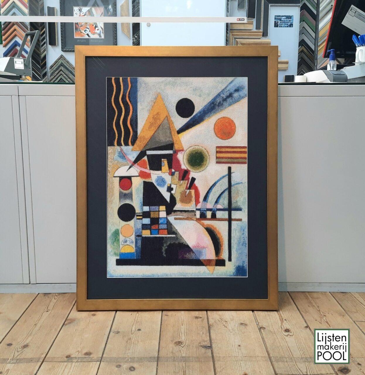 Borduurwerk naar Kandinsky ingelijst in passe-partout en goudkleurige bloklijst. Borduurwerk: Henk Veldman. Lijstenmakerij Pool Elburg