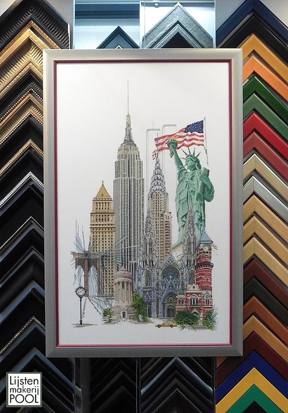 Borduurwerk New York ingelijst in aluminium lijst met rood houten inleglijstje. Diepte en afkadering