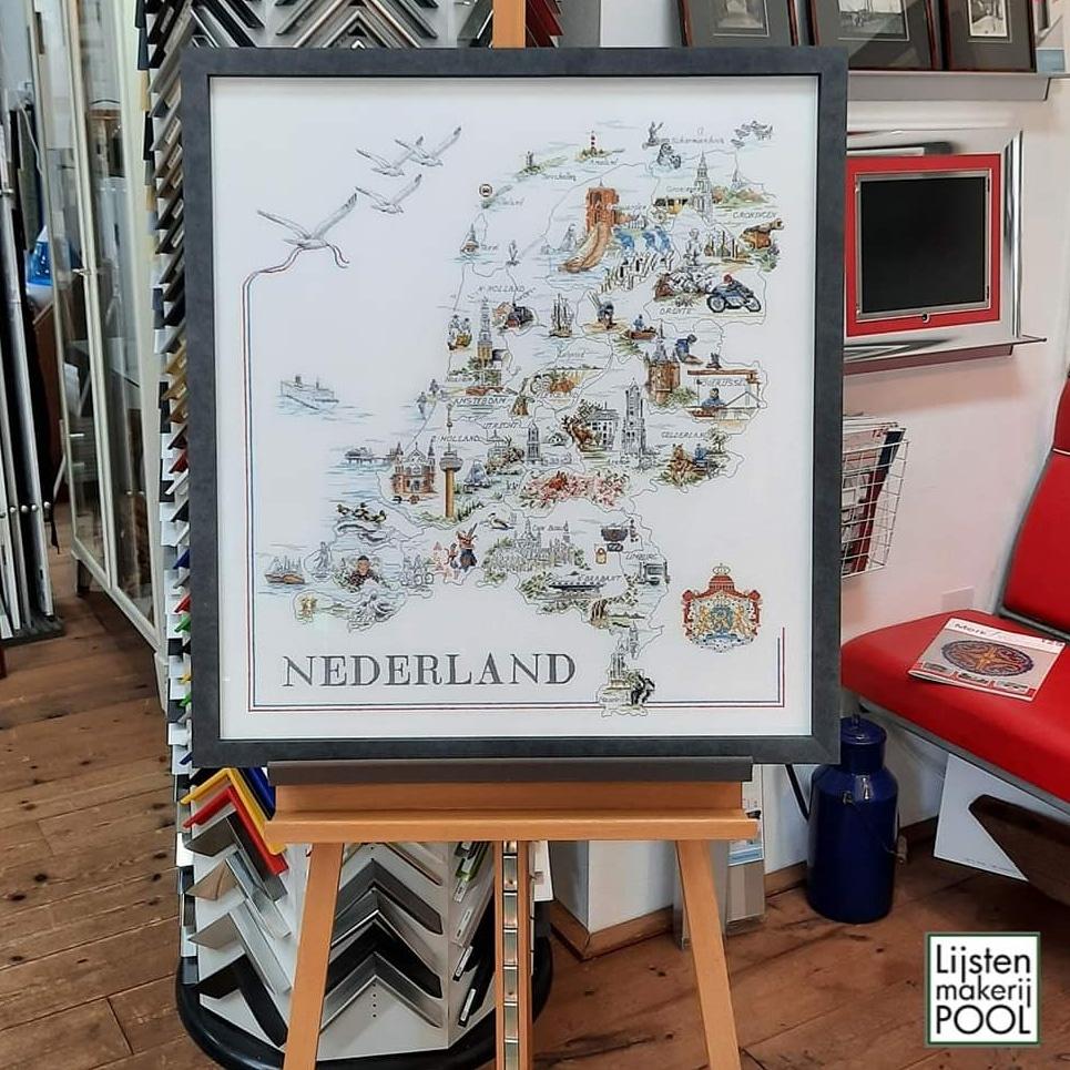 Borduurwerk landkaart Nederland. Op draad opgespannen en Artglass AR70. Lijstenmakerij Pool Elburg.