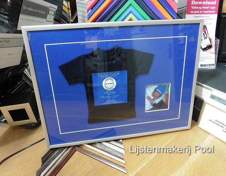 T-shirt geboortekaartje en eerste foto ingelijst