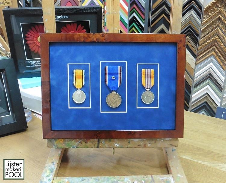 Medailles verdiept inlijsten. Lijstenmakerij Pool Elburg