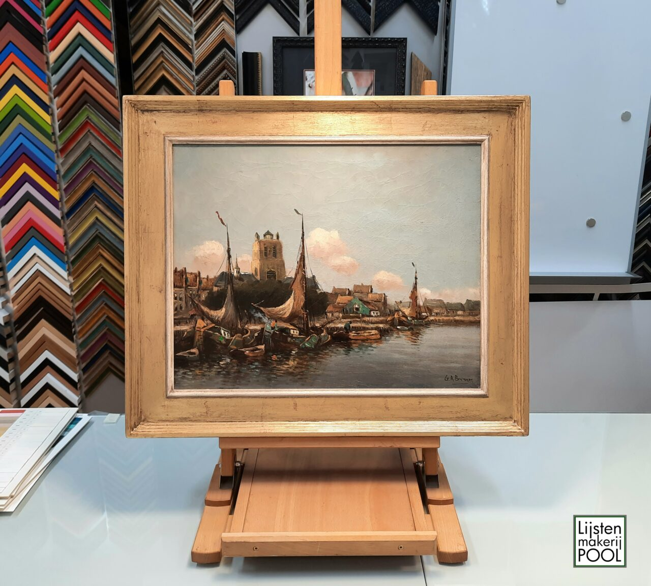 """Handvergulde atelierlijst, """"Zicht op Dordrecht"""" gesigneerd G.A. Brummen. Lijstenmakerij Pool Elburg, handgekleurde lijsten."""