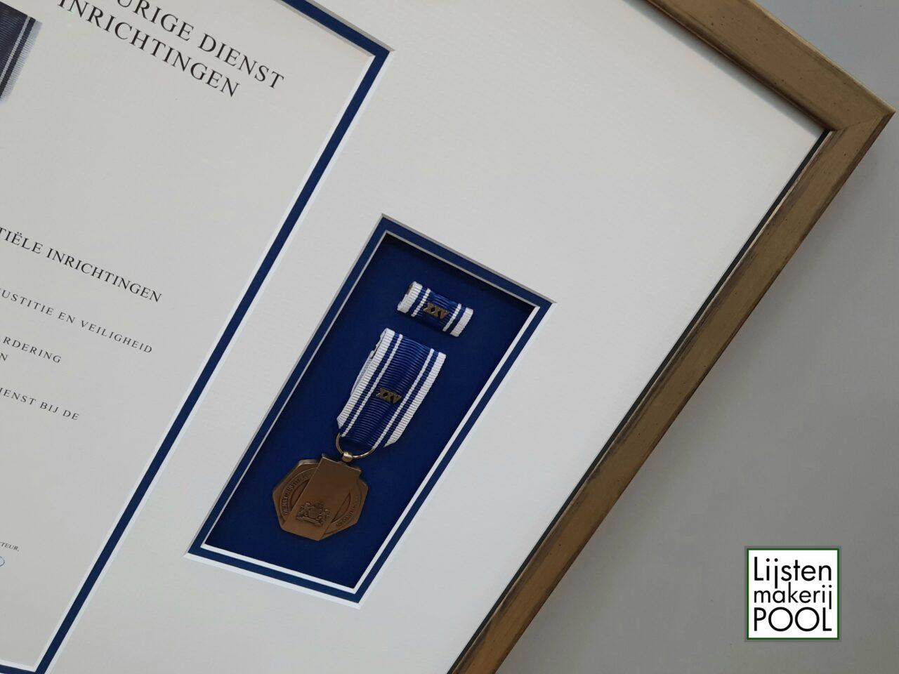 Verdiept ingelijste medaille met oorkonde. Verdiept inlijsten, Lijstenmakerij Pool Elburg.