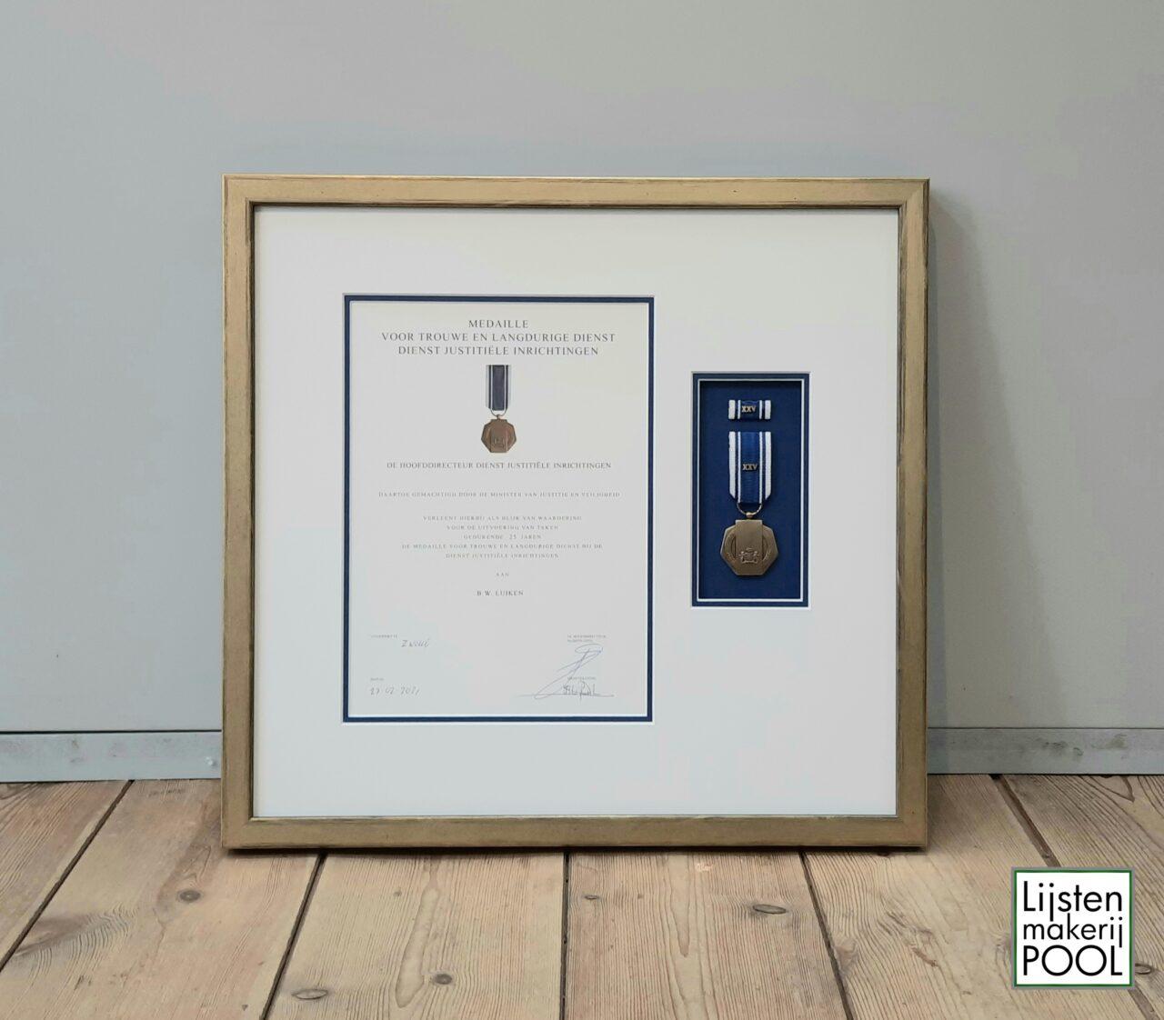 Verdiept ingelijste medaille met oorkonde. Inlijsten lintje, medaille, oorkonde, Lijstenmakerij Pool Elburg.